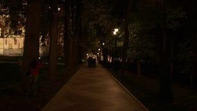 Caminhada dos povos perto das torres e das fortaleza do tijolo vermelho em Tsaritsyno na noite filme