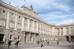 Caminhada dos povos perto do palácio de reis espanhóis no dia de mola Imagens de Stock Royalty Free