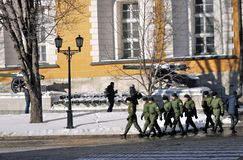 Caminhada dos soldados no Kremlin de Moscou Local do património mundial do Unesco Fotografia de Stock