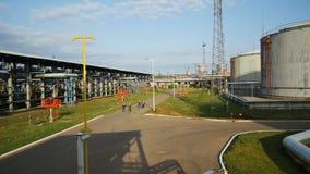 Caminhada dos trabalhadores da vista aérea entre o gás e a planta de refinaria de petróleo video estoque