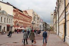 Caminhada dos turistas na rua de Arbat Fotografia de Stock