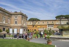Caminhada dos turistas no museu mundialmente famoso do Vaticano do lugar Cristão imagens de stock royalty free