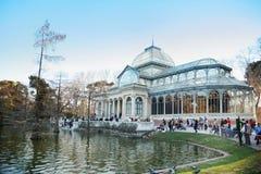 Caminhada dos turistas perto da lagoa e do pavilhão do vidro Imagem de Stock Royalty Free