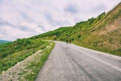 Caminhada dos viajantes na estrada Fotografia de Stock Royalty Free