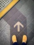 Caminhada em linha reta à linha da seta Imagens de Stock