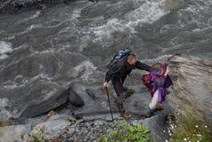 Caminhada em montanhas de Causasus, Geórgia Imagens de Stock