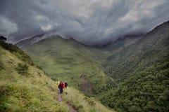 Caminhada em montanhas de Causasus, Geórgia Fotografia de Stock Royalty Free
