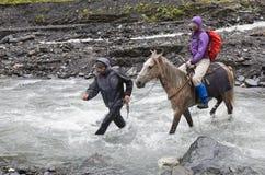 Caminhada em montanhas de Causasus, Geórgia Fotografia de Stock