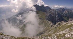 Caminhada em montanhas nebulosas Fotografia de Stock