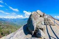 Caminhada em Moro Rock Staircase para a parte superior da montanha, forma??o de rocha da ab?bada do granito no parque nacional de imagem de stock