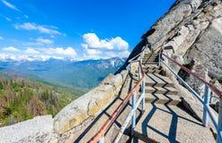 Caminhada em Moro Rock Staircase para a parte superior da montanha, forma??o de rocha da ab?bada do granito no parque nacional de fotos de stock royalty free