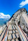 Caminhada em Moro Rock Staircase para a parte superior da montanha, forma??o de rocha da ab?bada do granito no parque nacional de foto de stock