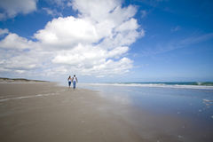 Caminhada em uma praia imagens de stock