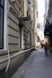 Caminhada estreita da rua Fotos de Stock Royalty Free