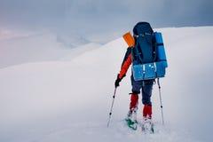 Caminhada extrema com a trouxa na paisagem da montanha do inverno Imagem de Stock Royalty Free