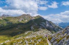 Caminhada fêmea nas montanhas de cumes de Lechtal, Áustria Fotografia de Stock Royalty Free