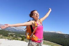 Caminhada feliz da menina do caminhante despreocupada na natureza Fotografia de Stock Royalty Free