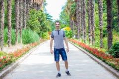 Caminhada feliz nova do homem do viajante pela rua imagem de stock royalty free