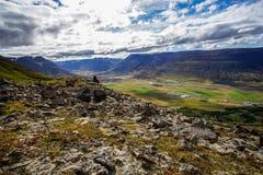 Caminhada a Gvendarskal no norte de Islândia Apreciando a paisagem de Islândia fotos de stock royalty free
