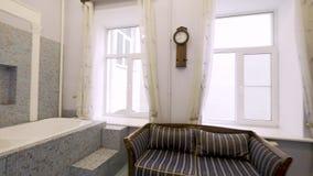 Caminhada interior da casa durante todo o banheiro clássico do estilo filme