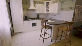Caminhada interior da casa durante todo o interior clássico da cozinha do estilo vídeos de arquivo