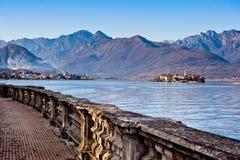 Caminhada italiana bonita da parte dianteira do lago Foto de Stock