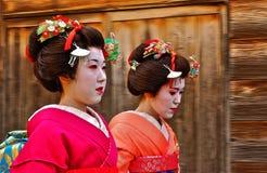 Caminhada japonesa da gueixa apressadamente Imagens de Stock Royalty Free