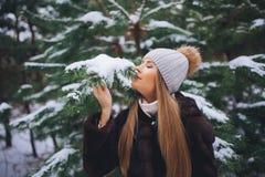 Caminhada modelo nova da menina na floresta do inverno Foto de Stock Royalty Free
