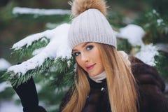 Caminhada modelo nova da menina na floresta do inverno Fotos de Stock Royalty Free