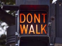Caminhada - não andam os sinais velhos em Tulsa na cidade - TULSA - OKLAHOMA - 17 de outubro de 2017 Fotografia de Stock Royalty Free