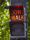 Caminhada - não andam os sinais velhos em Tulsa na cidade - TULSA - OKLAHOMA - 17 de outubro de 2017 Fotos de Stock