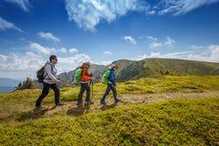 Caminhada nórdica na estrada da montanha imagens de stock