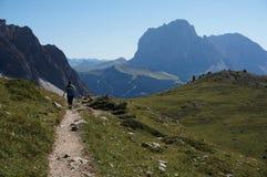 Caminhada na fuga no cume do mastle em Val Gardena e vista impressionante ao grupo do langkofel Imagens de Stock