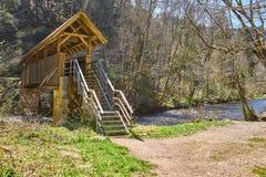 Caminhada na garganta do gauchach do rio na Floresta Negra em Alemanha foto de stock