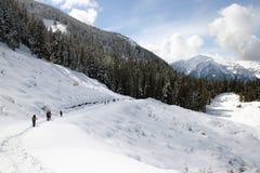 Caminhada na montanha da neve Fotografia de Stock Royalty Free