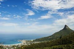Caminhada na natureza com uma vista de uma montanha na distância com céus azuis fotografia de stock