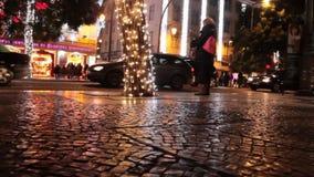 Caminhada na noite durante a estação do Natal video estoque