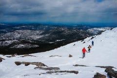 Caminhada na parte superior da montanha da neve imagens de stock