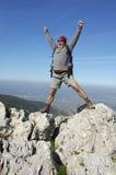 Caminhada na parte superior de uma montanha Fotografia de Stock Royalty Free
