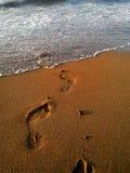 Caminhada na praia fotos de stock royalty free