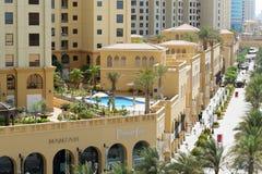 A caminhada na residência da praia de Jumeirah Fotos de Stock