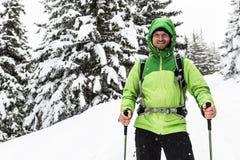 Caminhada nas madeiras nevados brancas, caminhada do inverno do homem imagens de stock royalty free