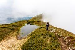 Caminhada nas montanhas Fotos de Stock Royalty Free