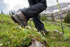 Caminhada nas montanhas com caminhada de botas imagem de stock royalty free