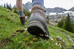 Caminhada nas montanhas com caminhada de botas fotos de stock royalty free