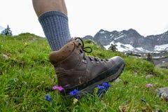 Caminhada nas montanhas com caminhada de botas fotos de stock
