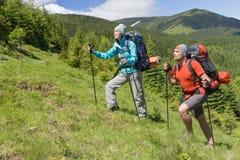 Caminhada nas montanhas no verão em um dia ensolarado fotografia de stock royalty free