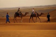 Caminhada no deserto do ERG em Marrocos Fotografia de Stock Royalty Free