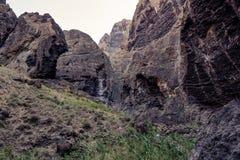 Caminhada no desfiladeiro Masca Console vulcânico Montanhas da ilha de Tenerife, Ilhas Canárias, Espanha foto de stock royalty free