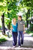 Caminhada no parque da mola. Homem e mulher. Fotos de Stock